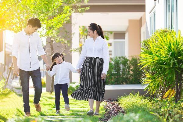 庭を散歩する家族